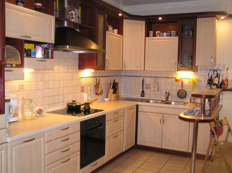 Дизайн кухни 8 кв.м фото под окном с диванчиком